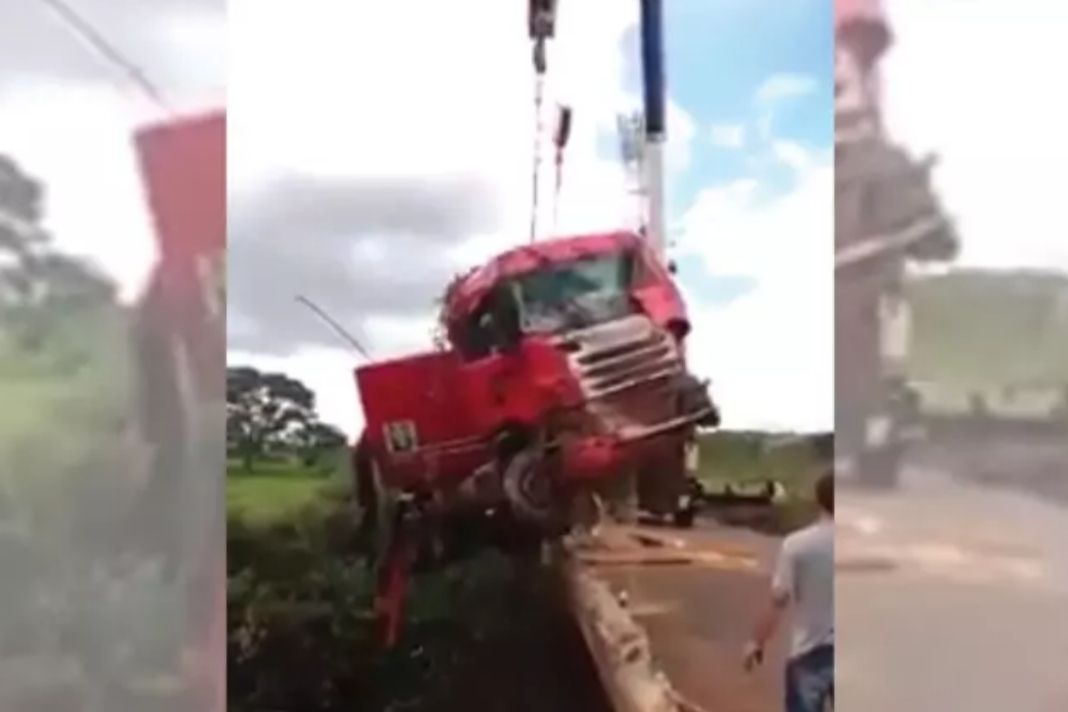 Collapse Of Crane While Lifting Truck