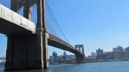 Ponte di Brooklyn visto dal traghetto