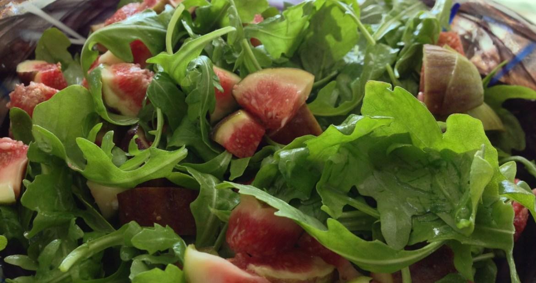Ruccolasallad med fikon, pistage & dijonvinägrett - Recept på Hssons Skafferi