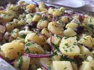 Ljummen grekisk potatissallad - Recept från Hssons Skafferi