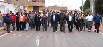 Autoridades y pobladores haciendo el recorrido de la carretera