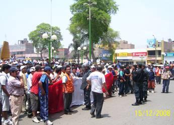Paro de protesta frente al municipio reclamando la presencia del alcalde