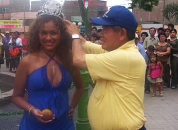 Presidente Regional coronando a la Miss Lúcuma