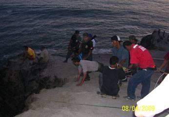 Rescatistas y voluntarios pugnaron contra el mar vanamente.