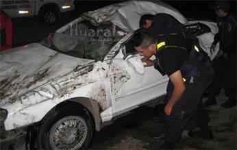 El vehículo quedó destruido tras volcadura.