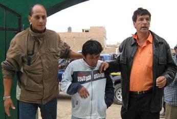 Jorge Arrieta Gerente de Servicios Públicos, trasladando al presunto delincuente.