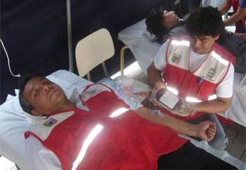 El Sub Director Ejecutivo, José Bernaola Espino, donando sangre.
