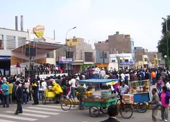 Desde otro angulo el desfile y público