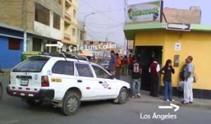 Taxi fue empujado hasta la vereda de un local de la Calle Luís Colán