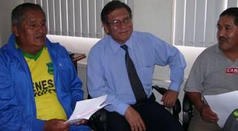Integrantes de la comisión en reunión con el gerente de EMAPA.