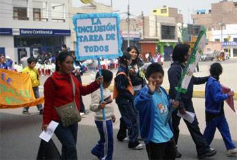Marcha de estudiantes de Huaral por la educación inclusiva.