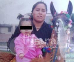 Foto recuerdo la pequeña junto a su madre.