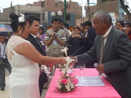 Alcalde Huaral Jaime Uribe Ochoa, felicitó a las parejas.