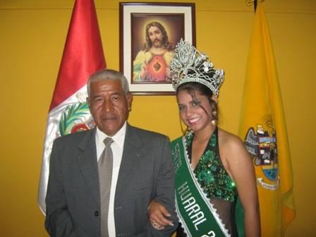 Miss Huaral 2009 Cristina Pineda Gonales y el alcalde de Huaral Jaime Uribe.