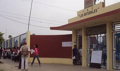 Postulantes desde tempranas horas, hacían cola en la I.E Los Naturales de Huaral.