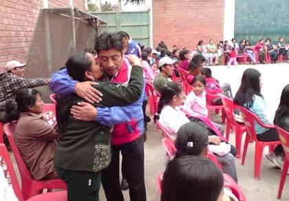Alianza para el Progreso Huaral Popilio Mejía recibiendo el afecto de una de sus dirigentes de base