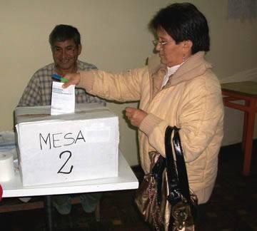 Militante haciendo su voto respectivo