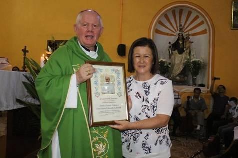 Alcaldesa de Huaral recibe reconocimiento del PAPA Francisco