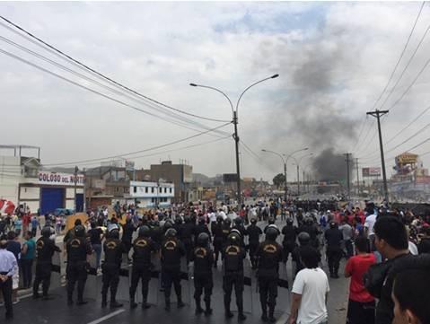 Fuerte protesta contra aumento de peajes bloquea Panamericana Norte en Puente Piedra