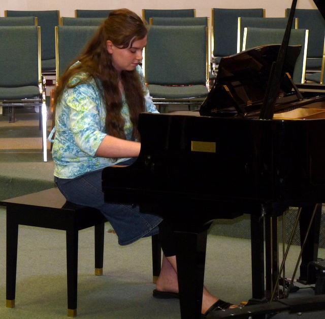 picture of Danaya playing at piano recital