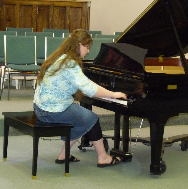 picture of Danaya playing piano