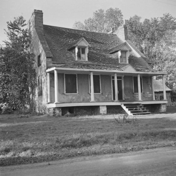 Maison en pierre de la seigneurie Gravel, à Saint-François-de-Sales, construite vers 1800. Photo : Gérard Morisset, 1946 ~ Bibliothèque et Archives nationales du Québec, cote : E6,S8,SS1,SSS770,D4885