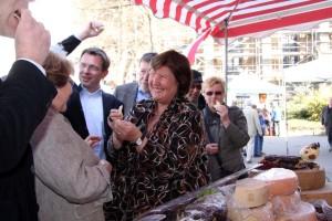 Käsemarkt-Stand mit Landrätin, Bürgermeisterin und Organisatoren