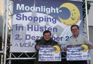 Angelika Geue, Vorsitzende der VGH und Ingo Beckschäfer Stellv. Vorsitzender präsentieren die Einladung zum Moonlight - Shoppimg in Hüsten