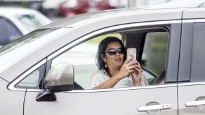 3461789_web1_Using_Cellphone_While_Driving