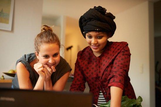 Jenny Kastenhuber wurde 1989 in Nürnberg geboren und studierte dort Sozialarbeit. Seit fünf Jahren arbeitet sie als Sozialarbeiterin in der Vollzeit betreuten Einrichtung des Vereins Wohngemeinschaft für Flüchtlingskinder. Hier sieht man Nayima und Jenny während Nayimas Kochbuch-Aktion. Foto: privat