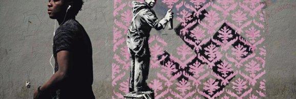 Porte de la Chapelle, dans le 18e arrondissement de Paris, sur des murs désaffectés contre lesquels dorment des réfugiés, un dessin interpelle, «    l'artivist  » est passé par là& Philippe Lopez/AFP