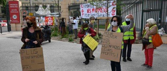Ce vendredi 1er mai, quelques manifestants étaient rassemblés devant l'hôpital de la Timone, à Marseille © Christophe Simon/AFP