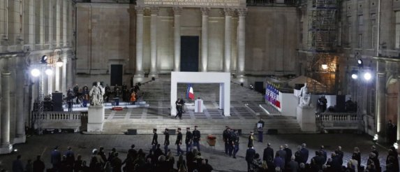 Cérémonie d'hommage national à Samuel Paty, mercredi soir, dans la cour de l'université de la Sorbonne à Paris. © François Mori/Pool/Reuters