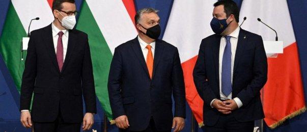 Les premiers ministres Mateusz Morawiecki et Viktor Orban en compagnie du chef de la Ligue du Nord et sénateur italie Matteo Salvini, @ AFP / ATTILA KISBENEDEK