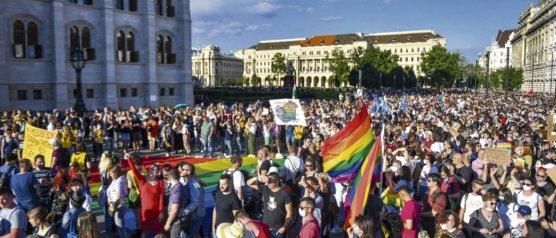 Manifestation devant le Parlement à Budapest, contre la loi stigmatisant les personnes LBGT+, le 14 juin. © Gergely Besenyei/AFP