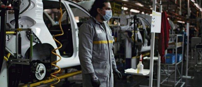 Chaîne d'assemblage de la Renault Zoe, à Flins. Le moteur électrique nécessite entre 40% et 60% de main-d'Suvre en moins, ce qui risque de coûter très cher en emplois. Gonzalo Fuentes/Reuters