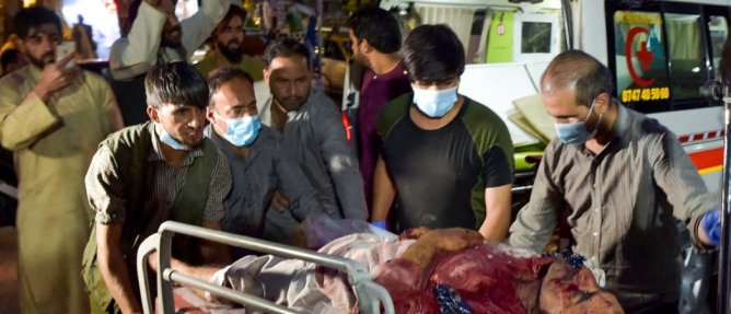 L'attentat perpétré à l'aéroport de Kaboul a fait plus de 160 blessés, selon un nouveau bilan daté de ce vendredi. Photo by Wakil KOHSAR / AFP)