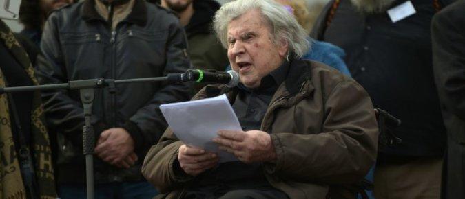 Mikis Théodorakis, ici à Athènes, lors des manifestations contre l'austérité en 2011, est décédé à l'âge de 96 ans. AFP/ANGELOS TZORTZINIS