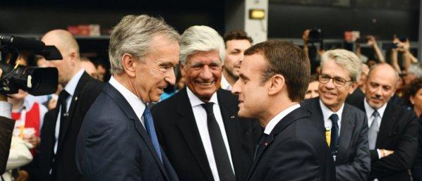 Quand on a reçu un « pognon de dingue » pour faire campagne, grâce aux généreux dons d'exilés fiscaux, on renvoi l'ascenseur ! Bernard Arnault (avec M. Levy de Publicis) a de quoi se réjouir. Le bouclier fiscal de Sarkozy a été blindé. Le Français le plus riche (60 milliards d'euros) est dispensé de solidarité nationale. MARTIN BUREAU /AFP