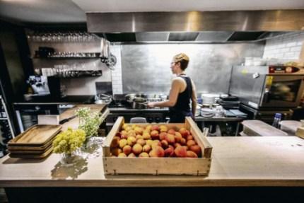 Soutenir une agriculture sans chimie, acheter local, payer les producteurs au juste prix... Autant de pratiques que beaucoup de cuisiniers développent aujourd'hui de manière autodidacte. Pierre Mérimée/REA