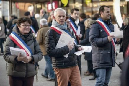 Hier, à Paris, maires et élus communistes ont distribué des tracts pour informer et alerter sur la baisse des dotations locales. J. Jaulin/hanslucas