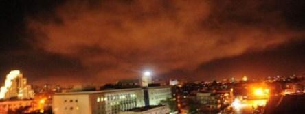 Une photo partagée par l'armée syrienne montre une explosion aux abords de Damas (Syrie) ce samedi 14 avril. Photo Armée Gouvernementale Syrienne / AFP.