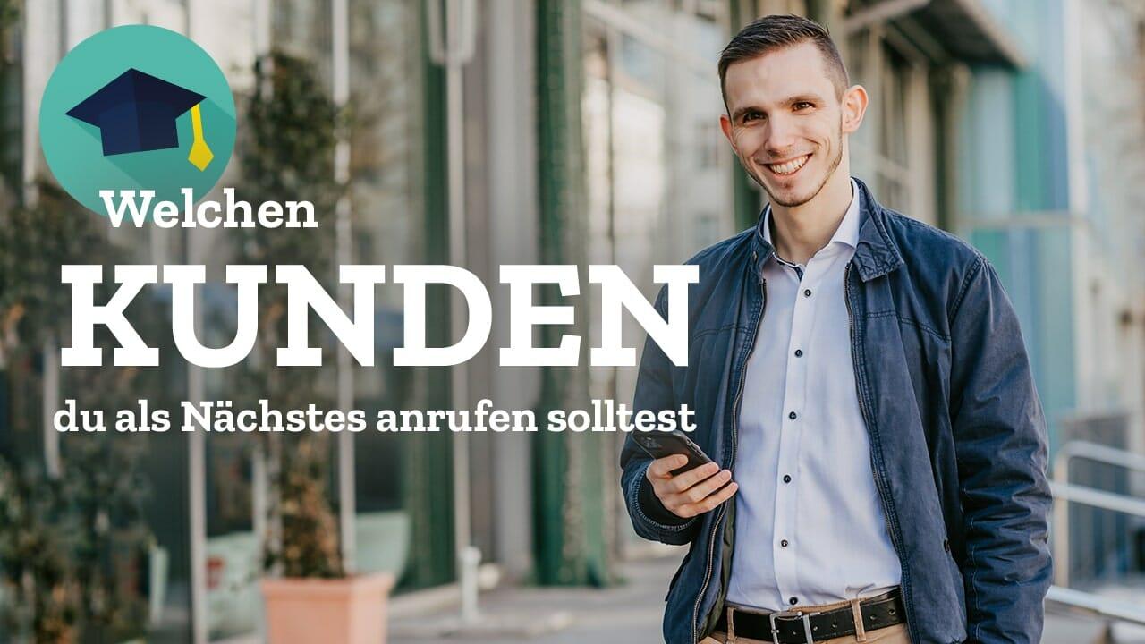 Lächelnder Mann in Hemd mit Smartphone in der Hand, Kevin Welter