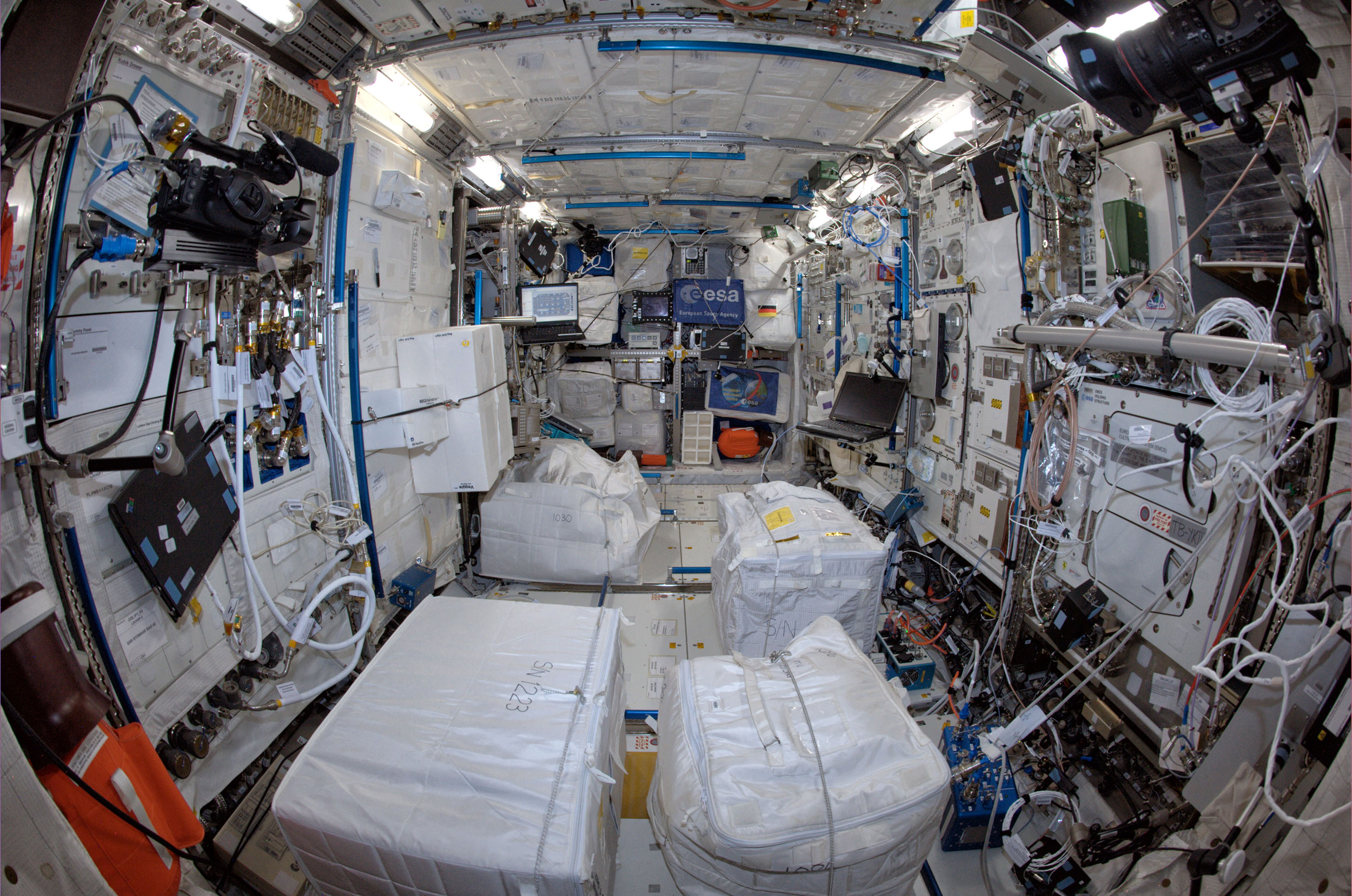 Inside the space station gallery the human adventures in for Inside interieur
