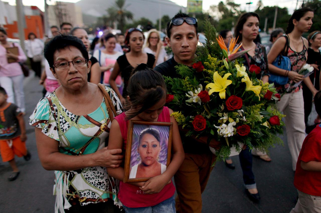 Relatives mourn victims of a Zetas cartel attack in Monterrey, Mexico, REUTERS/Daniel Becerril -