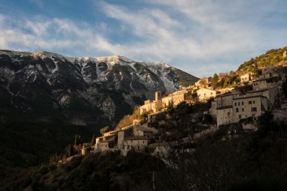 le petit village perché de Brantes dans la vallée du Toulourenc (Vaucluse)