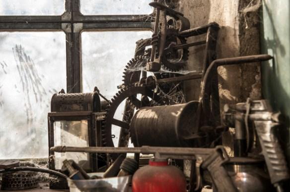 De vieux mécanismes d'horlogerie sont figés par le temps.