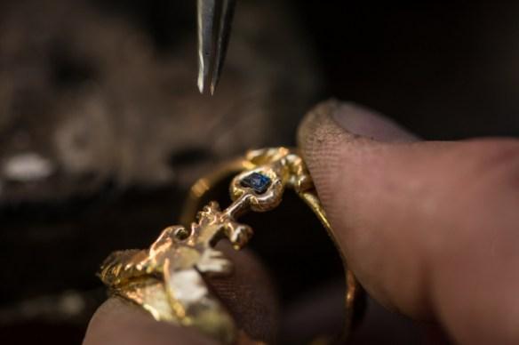 Une pierre bleue, sertie, magnifiera le bijou.