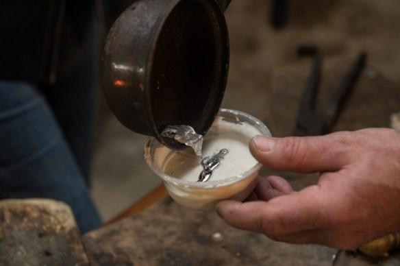 L'étain fondu remplacera la forme du brin de lavande.