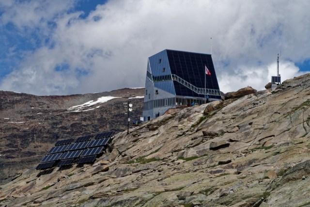 Da steht sie also, die Monte-Rosa-Hütte
